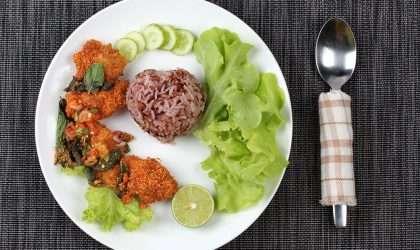 Ensalada de arroz integral con lechuga y nueces tostadas