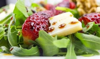 Disfruta de una ensalada a base de queso fresco con fresas