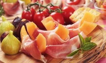 Saludable ensalada de melón con jamón y tomates cherry