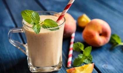Bebida refrescante de mango, melocotón y fresa