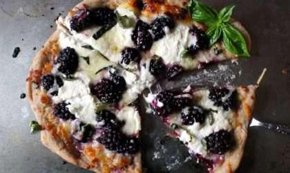 disfruta de la albahaca, ricota y moras en una deliciosa pizza