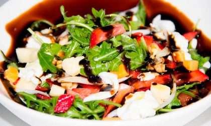 Descubre como hacer una deliciosa ensalada de fresas con rúcula