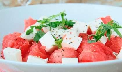 Disfruta uno de los platos sanos y ligeros: Ensalada de sandia con almendras