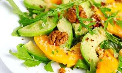 Receta ligera: Deliciosa ensalada de espinacas con frutas y aguacate
