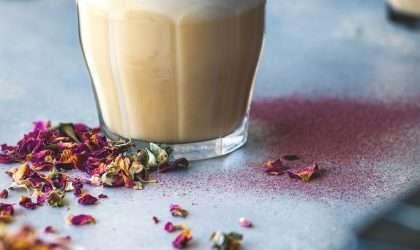 Taza deliciosa y caliente de té latte