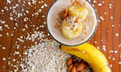 Smoothie de mantequilla de cacahuete y plátanos congelados