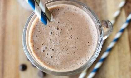 Batido energízante, smoothie de café y banano para el desayuno