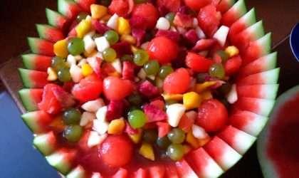 Refrescante ensalada de frutas en salsa de sandía