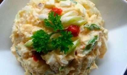 Ensalada de papa dulce con quinoa y huevos cocidos