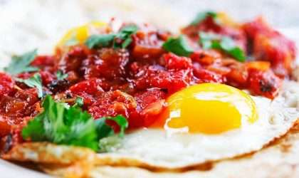 Huevos rancheros sobre tortillas