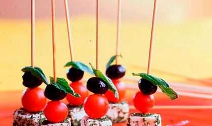 Brochetas de tomate cherry, queso y espinacas