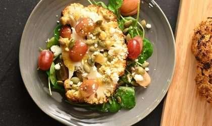 Coliflor asada con ensalada para la cena