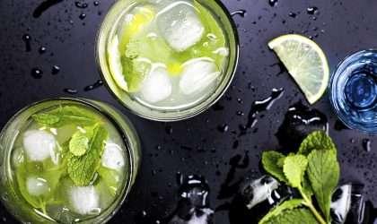 El nutricionista Autumn Bates te indica la manera adecuada de tomar agua de limón para bajar de peso