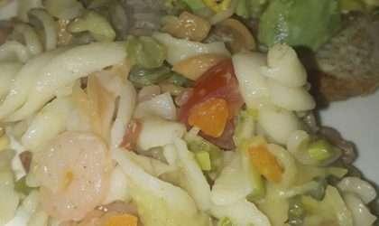 Ensalada de pastas con verduras para almorzar