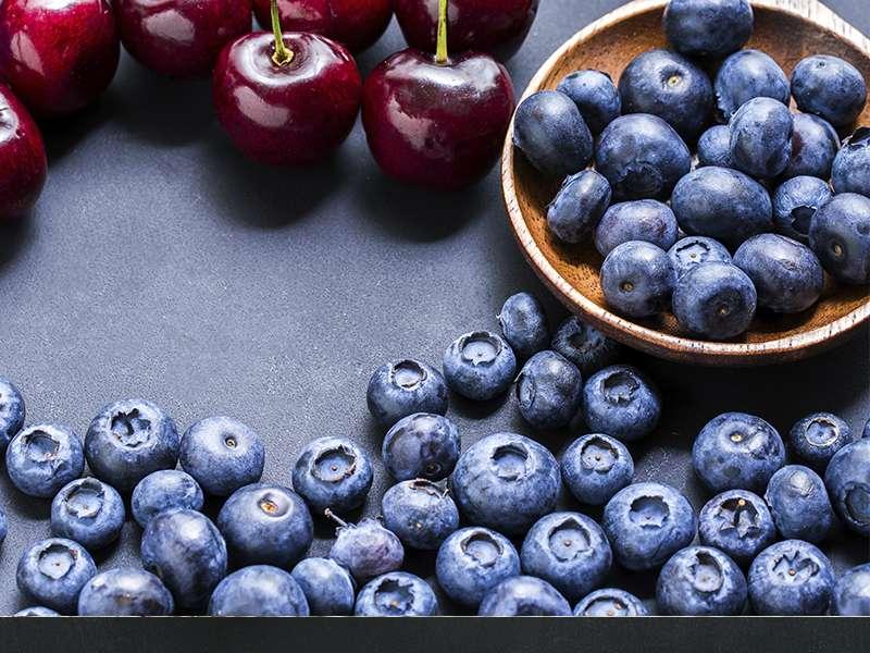 Bayas uvas y cerezas