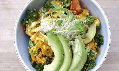 Tazón de quinoa, huevo escalfado y aguacate.