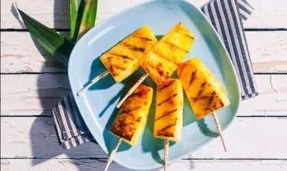 Pinchos de piña de 3 ingredientes, Cada mordisco transportará tus papilas gustativas al paraíso.