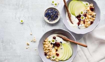 Tazón de manzana, avellana y yogurt