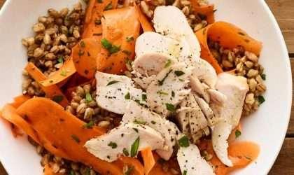 Ensalada de pollo con zanahoria y farro