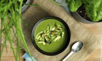Sopa verde ligera de jengibre