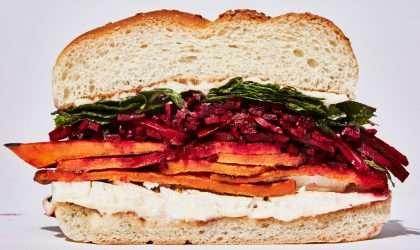 Sándwich de patata dulce condimentada con queso Feta
