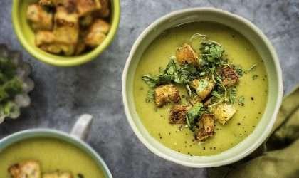 Sopa verde de espinaca, coco y calabacín